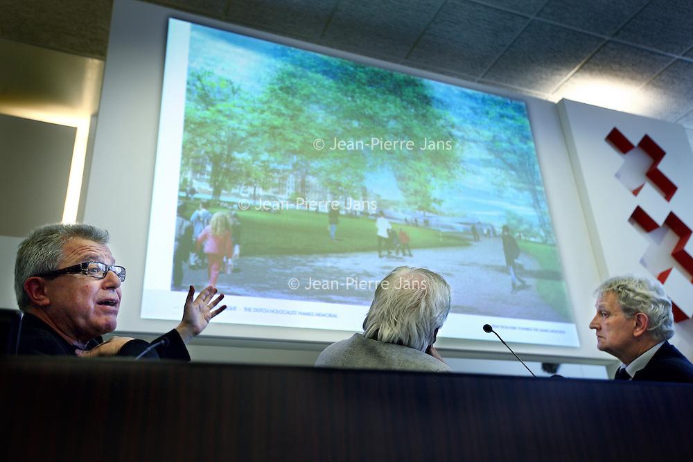 """Nederland, Amsterdam , 10 juni 2014.<br /> Het Holocaust Namenmonument van architect Daniel Libeskind komt toch in het Wertheimpark te staan. Dat besloot het stadsdeel deze week. Dit ondanks protest van buurtbewoners en Karina Wolkers, die in Het Parool liet weten """"woest"""" te zijn. Het park zou te klein zijn voor nóg een groot monument en het Spiegelmonument van Jan Wolkers zou erdoor in de verdrukking komen.<br /> Op de foto: architect Daniel Libeskind en Jaques Grishaver tijdens de persconferentie in de Stopera. The Holocaust Name Memorial of architect Daniel Libeskind will be in the Wertheim Park in Amsterdam, next to the Auschwitzmonument by artist Jan Wolkers in this little park. The neighborhood and the widow of the artist protest. Daniel Libeskind and Jaques Grishaver (chairman of the Dutch Auschwitz Committee) next to the mayor Eberhard van der Laan at the press conference."""