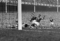 Fotball<br /> Liverpool<br /> Foto: Colorsport/Digitalsport<br /> NORWAY ONLY<br /> <br /> Dennis Stevens (Everton) slams the ball past Jim Furnell, but was ruled offside. Gerry Byrne (Liverpool) right. Everton v Liverpool. 22/9/62.