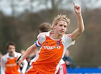AERDENHOUT - 07-04-2012 - Dennis Warmerdam heeft gescoord, zaterdag tijdens de wedstrijd tussen Nederland Jongens A en Engeland Jongens A (3-4), tijdens het Volvo 4-Nations Tournament op de velden van Rood-Wit in Aerdenhout.