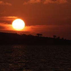 Pôr do sol na baía do Mussulo perto de Luanda. Angola