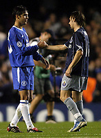 Fotball<br /> Champions League 2004/05<br /> Chelsea v Porto<br /> 29. september 2004<br /> Foto: Digitalsport<br /> NORWAY ONLY<br /> Paolo Ferreira shakes hands with Maniche at full time