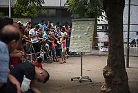 DEU, Deutschland, Germany, Berlin, 12.08.2015: Eine Tafel mit Wartenummern und wartende Flüchtlinge auf dem Gelände des Landesamts für Gesundheit und Soziales (LaGeSo), hier befindet sich die Zentrale Aufnahmeeinrichtung des Landes Berlin für Asylbewerber.