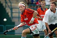 WK Hockey. Nederland-Zuid Afrika 3-0. Inleiding tot het derde Nederlandse doelpunt als Remco van Wijk (foto) de Zuidafrikaanse captain Craig Jackson (r) voorbij gaat  en de bal naar Geeris speelt die hieruit scoort.
