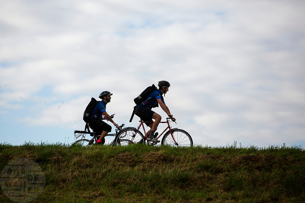 Twee koeriers verkennen het parcours. In Nieuwegein wordt het NK Fietskoerieren gehouden. Fietskoeriers uit Nederland strijden om de titel door op een parcours het snelst zoveel mogelijk stempels te halen en lading weg te brengen. Daarbij moeten ze een slimme route kiezen.<br /> <br /> In Nieuwegein bike messengers battle for the Open Dutch Bicycle Messenger Championship.