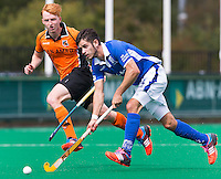 ROTTERDAM - HOCKEY - Robber Kemperman van Kampong (r) passeert OZ speler Thijs Bams tijdens de  finale van ABN AMRO cup hockey tussen de mannen van Oranje Zwart en Kampong . Kampong wint van de landskampioen met 5-1.  COPYRIGHT KOEN SUYK