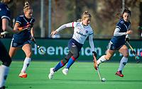 AMSTELVEEN - Xan de Waard (SCHC) met rechts Stella van Gils (Pinoke)  en links Anouk Lambers (Pinoke)  tijdens de competitie hoofdklasse hockeywedstrijd dames, Pinoke-SCHC (1-8) . COPYRIGHT KOEN SUYK