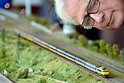 Nederland, Nijmegen, 18-5-2014Modelspoorbaan in bedrijf tijdens een presentatie in de wijk Dukenburg.Veel oudere mannen spelen en knutselen op zolder met deze treintjes als hobby. Een lokomotief trekt een rij wagons.Foto: Flip Franssen/Hollandse Hoogte