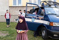 19.06.2016 Bialystok woj podlaskie Dzien Otwarty Osrodka dla Cudzoziemcow . Obecnie w Osrodku przebywa prawie 180 osob , w wiekszosci sa to Czeczeni oraz kilkanascie osob ze wschodniej Ukrainy i Krymu N/z wsrod dzieci duze zainteresowanie wzbudzil samochod policyjny fot Michal Kosc / AGENCJA WSCHOD