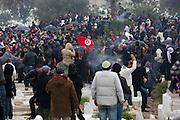 scene de panique au cimetiere Jallez quand la foule essaye d'echapper au tires de gaz lacrymogene. l'hommage du peuple Tunisien à Chokri Belaid fut perturbé par incidents entre jeunes casseurs et la police anti-emeutes. Des voitures sont brulées