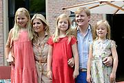 Koninklijke fotosessie 2013 op landgoed De Horsten ( het huis van de koninklijke familie)  in Wassenaar.<br /> <br /> Royal photoshoot 2013 at De Horsten estate (the home of the royal family) in Wassenaar.<br /> <br /> Op de foto / On the photo: <br /> <br />  Koning Willem-Alexander en koningin Maxima met de prinsesjes Amalia, Alexia en Ariane<br /> <br /> King Willem-Alexander and Queen Maxima  with the princesses Amalia, Alexia and Ariane