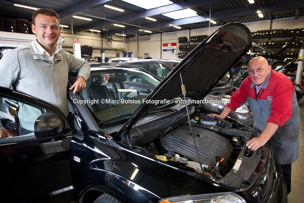berlicum,autobedrijf van herpen heeft een bovagprijs gewonnen voor het beste garagebedrijf in nederland. op de foto links niels en rechts jan van herpen.