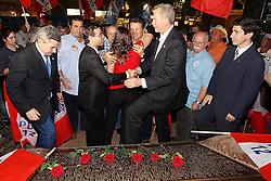 José Fortunati com o ministro do trabalho, Brizola Neto, a deputada estadual Juliana Brizola e outras lideranças políticas durante ato alusivo aos 58 anos da morte do Presidente Getúlio Vargas, no local da Carta Testamento, na Praça da Alfândega no centro de Porto Alegre.