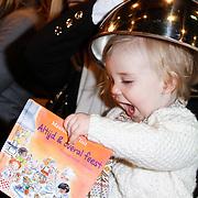 NLD/Amsterdam/20111123 - Boekpresentatie Maureen du Toit ' Altijd & overal feest',  Gallyon van Vessem en dochter Julie die deksel van julie's hoofdje af trekt