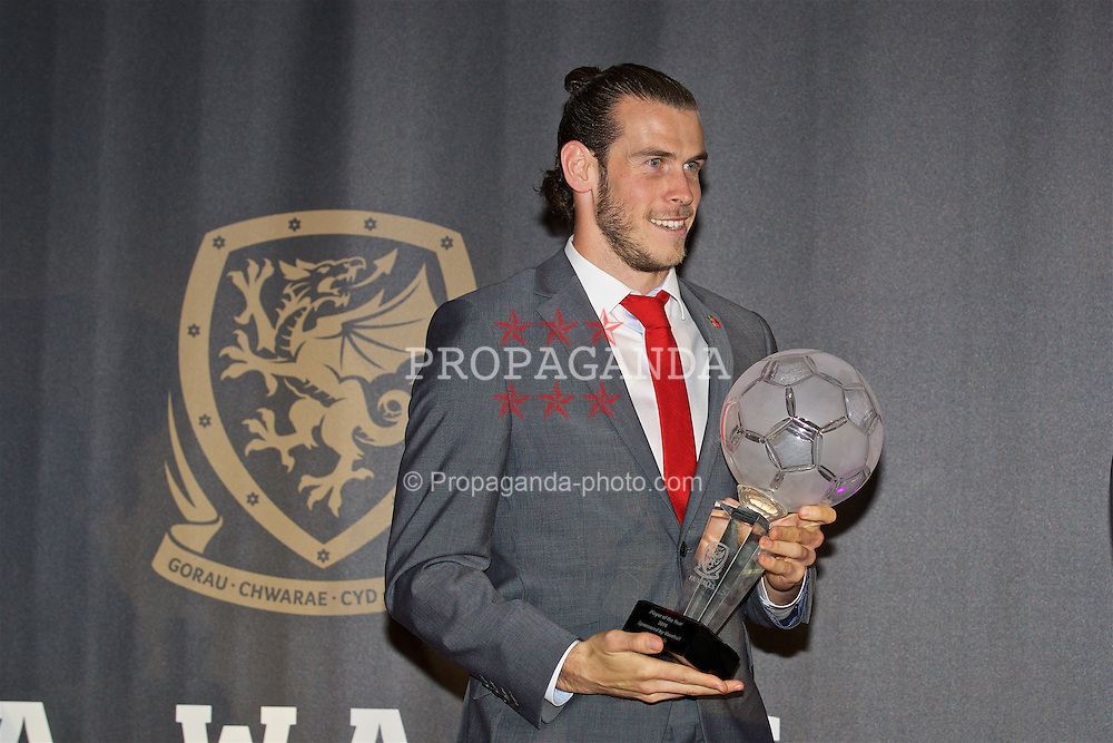 CARDIFF, WALES - Tuesday, November 8, 2016: Wales' Gareth Bale with the Player of the Year Award during the FAW Awards Dinner at the Vale Resort. (Pic by David Rawcliffe/Propaganda)