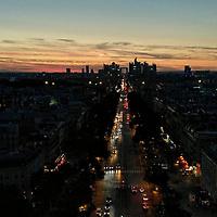 Venu en haut de l'Arc de Triomphe pour photographier la Lune, je reste un peu pour admirer le coucher de soleil sur La Défense.<br /> <br /> Atop Arc de Triomphe to photograph the Moon, I'm staying a bit longer to admire the sunset over La Défense.