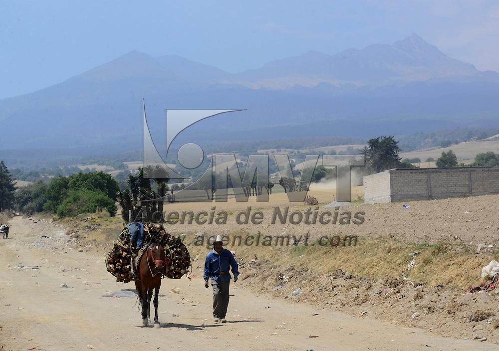 Toluca, México (Abril 18, 2016).- Este hombre aprovecha sus caminatas por algunos caminos de terracería de Tlacotepec para  juntar leña, utilizándola para las labores de su casa.  Agencia MVT / Crisanta Espinosa
