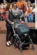 De bibliotheek Amstelveen laat Frits Barend voorlezen aan kleinkinderen en aan de Koning op Koningsdag<br /> <br /> Op de foto:  Barbara Barend met partner Alette Bastiaansen en hun dochter dochter Livia Joëlle