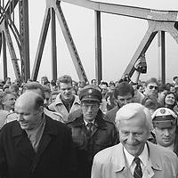 Die Position für das Foto hatte ich mir erarbeitet, ohne Presseausweis, ohne Akkreditierung und ohne jemandem dabei auf die Füsse zu treten. Zu dieser Zeit gab es noch so etwas wie ein menschliches Grundvertrauen. Ein Augenblick der Geschichte. Vorn Walter Momper, der Regierende Bürgermeister von (West)-Berlin und Richard von Weizsäcker, der damalige Bundespräsident (verstorben).