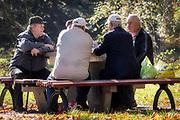 Amatorzy gry w karty w parku w Aleji Róż.