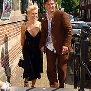 NLD/Naarden/20050527 - Huwelijk jongste zus Rene Froger, Rene en partner Natascha Kunst