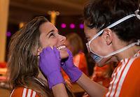 ZWOLLE - Naomi van As pakt haar oude vak weer op en controleert Ellen Hoog (l) . . Bitje happen voor de vrouwen van het Nederlands hockeyteam, Het aanmeten van een mondbeschermer. in aanloop van de Champions Trophy in Mendoza (Argentinie).  COPYRIGHT KOEN SUYK
