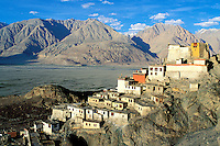 Inde - Province du Jammu Cachemire -  Ladakh - Vallée de la Nubra - Monastère bouddiste de Diskit // India. Province of  Jammu Cachemire. Ladakh . Valley of Nubra. Bouddhist monastery of Diskit.