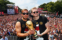 Fotball<br /> Tyskland<br /> 15.07.2014<br /> Tyskland feirer VM-gull i Berlin<br /> Foto: Witters/Digitalsport<br /> NORWAY ONLY<br /> <br /> v.l. Mario Götze, Andre Schürrle mit Pokal<br /> Fussball WM 2014 in Brasilien, Weltmeister Deutschland, Empfang DFB-Nationalmannschaft am Brandenburger Tor