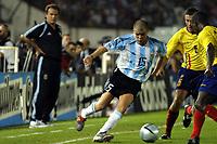 Fotball<br /> VM-kvalifisering Sør Amerika<br /> Argentina v Equador<br /> 30. mars 2004<br /> Buenos Aires<br /> Foto: Digitalsport<br /> Norway Only<br /> <br /> ANDRES D'ALESSANDRO (ARGENTINA), ALFONSO OBREGON (ECUADOR), BEHIND MARCELO BIELSA, ARGENTINA COACH