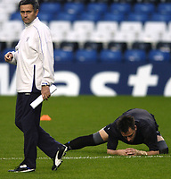 Fotball<br /> Foto: BPI/Digitalsport<br /> NORWAY ONLY<br /> <br /> 19.10.2004<br /> Chelsea FC Champions League <br /> PC and training, Stamford Bridge<br /> <br /> John Terry fumbles around on the grass behind Jose Mourinho