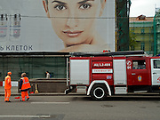 Kosmetik Werbung mit einem Feuerwehr Auto im Zentrum der russischen Hauptstadt Moskau. <br /> <br /> Advertising for cosmetics with a fire department car in the center of the Russian capital Moscow.