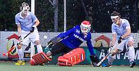 EINDHOVEN - hockey - Bloemendaal keeper Jaap Stockmann redt tijdens de hoofdklasse hockeywedstrijd tussen de mannen van Oranje-Zwart en Bloemendaal (3-3). links Tim Jenniskens, rechts Eby Kessing.   COPYRIGHT KOEN SUYK