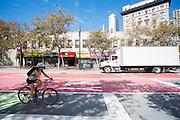 Fietsers in San Francisco. De Amerikaanse stad San Francisco aan de westkust is een van de grootste steden in Amerika en kenmerkt zich door de steile heuvels in de stad. Ondanks de heuvels wordt er steeds meer gefietst in de stad.<br /> <br /> Cyclists in San Francisco. The US city of San Francisco on the west coast is one of the largest cities in America and is characterized by the steep hills in the city. Despite the hills more and more people cycle.