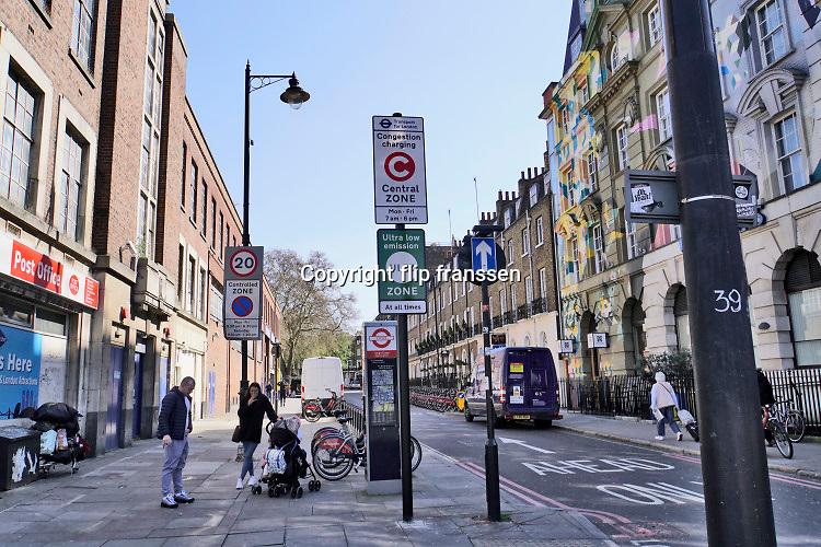 Engeland, Londen, 10-4-2019Straatbeeld van het centrum van de stad. ULEZ, ultra low emission zone, een milieuzone van het centrum van de stad om de luchtkwaliteit te verbeteren en de uitstoot van fijnstof te verminderen . Smog . longen, schadelijke,luchtvervuiling . Voertuigen die niet voldoen aan de hoge uitstooteisen krijgen per dag een boete. Hieronder vallen alle diesels,motoren, brommers en scooters en oudere benzineautos.Foto: Flip Franssen
