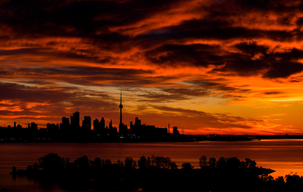 The sun begins to rise over skyline in Toronto, September 21, 2015.    REUTERS/Mark Blinch