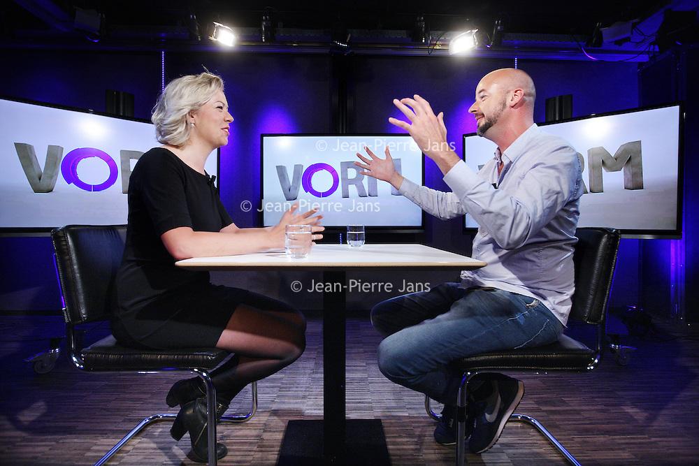 Nederland, Amsterdam , 15 september 2014.<br /> Ronnie Overgoor lanceert een nieuw online video bedrijf waarvoor de studio opnames gemaakt worden in Desmet. <br /> Ik ga een televisiestation beginnen voor ondernemend Nederland. Met studio opnames vanuit Desmet Studio's Amsterdam en met programma's op lokatie.<br /> Opnames N Channel in  DeSmet Studio's .<br /> Op de foto: presentator Nynke de Jong in gesprek met Kunstenaar Remon de Jong.<br /> <br /> Foto:Jean-Pierre Jans