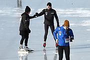 De Hollandse 100 op FlevOnice, een sportief evenement ter ondersteuning van onderzoek naar lymfeklierkanker. Een oer-Hollandse duatlon bestaande uit twee onderdelen: schaatsen en fietsen. <br /> <br /> The Dutch 100 on FlevOnice, a sporting event to support research into lymphoma. A traditional Dutch duathlon consisting of two components: skating and cycling.<br /> <br /> Op de foto:  Prins Bernhard en Prinses Annette