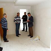 Oplevering sfinx woningen Gooimeerkade Huizen, Tom Coronel