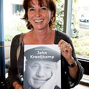 NLD/Laren/20100419 - Overhandiging boek John Kraaijkamp, Anne-Mieke Ruyten