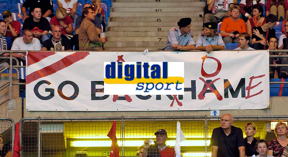 Fotball<br /> 04.09.2004<br /> Foto:SBI/Digitalsport<br /> NORWAY ONLY<br /> <br /> Østerrike v England<br /> World Cup Qualifier<br /> <br /> Austrian fans tell David Beckham exactly what they think about him with a cheeky banner