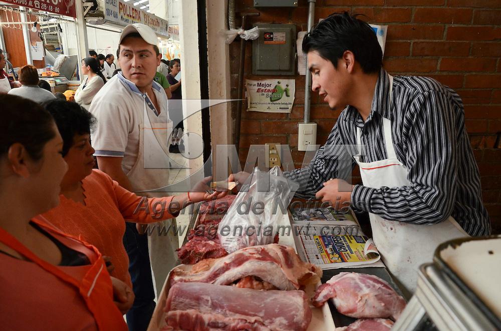 Toluca, México.- Debido al poco consumo de carne de res y cerdo entre los mexiquenses a inicio de año los comerciantes han tenido ventas bajas, reportando una caída en sus ventas de hasta 50 %. Agencia MVT / Arturo Hernández S.