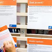 Nederland Rotterdam 26-03-2009 20090326 Foto: David Rozing ..Serie UWV, 2 allochtone vrouwen bekijken vacatures. UWV Werkbedrijf lokatie Schiekade centrum Rotterdam, de vroegere arbeidsbureaus ( CWI UWV ) De werkloosheid in Nederland begint op te lopen. Dat blijkt uit de jongste cijfers die het Centraal Bureau voor de Statistiek (CBS) de oorzaak is de krediet crisis Holland, The Netherlands, dutch, Pays Bas, Europe,  , , economische, financien, financiele, krimp, krimpen, nederlandse, economy..Foto: David Rozing