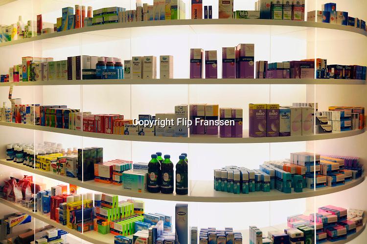 Nederland, Nijmegen, 25-11-2017Geneesmiddelen, medicijnen in een apotheek. Schappen met lichte pijnstillers en middeltjes tegen griep en verkoudheid.Foto: Flip Franssen