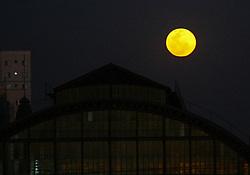 August 7, 2017 - Lua cheia pôde ser vista na região central da capital paulista, no início da noite desta segunda-feira  (Credit Image: © Aloisio Mauricio/Fotoarena via ZUMA Press)