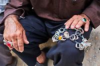 Iran, province de Yazd, Yazd, marchand de bague // Iran, Yazd province, Yazd, ring merchat