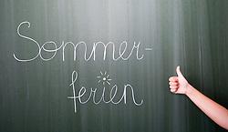 """THEMENBILD - Schulferien, am 04.07.2015 beginnen im Burgenland, Wien und Niederösterreich die Sommerferien. Die restlichen Bundesländer folgen am 11.07.2015. Im Bild hält eine Schülerin den Daumen nach oben vor dem Schriftzug """"Sommerferien"""" auf einer Schultafel. EXPA Pictures © 2015, PhotoCredit: EXPA/ Jakob Gruber"""