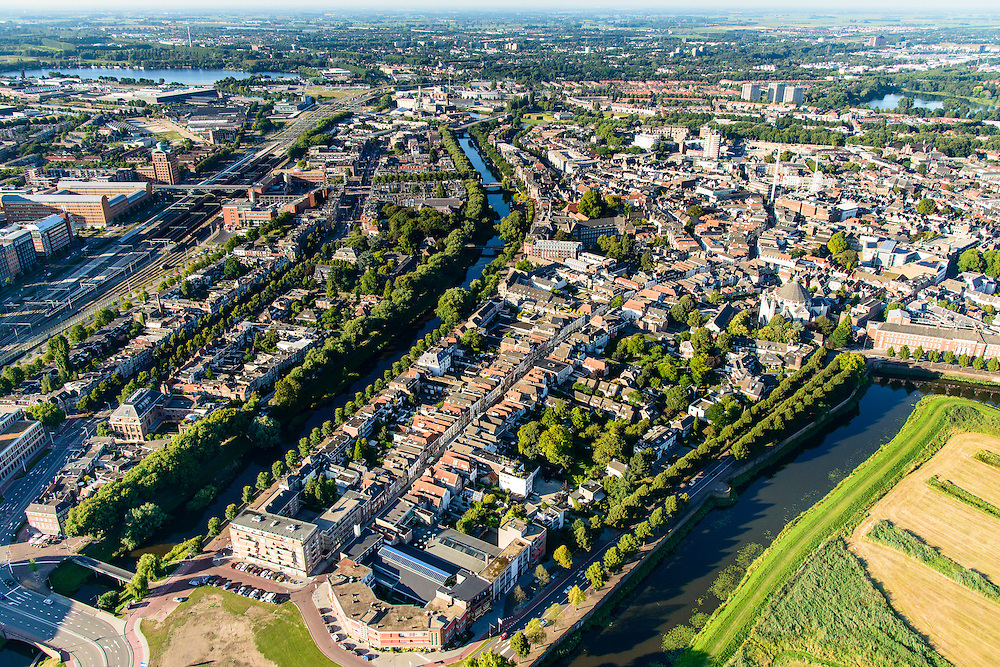 Nederland, Noord-Brabant, Den Bosch, 23-08-2016; overzicht binnenstad Den Bosch vanaf Bossche Broek. Links water van de Dommel, in de voorgrond Singelgracht, Parklaan, Zuidwal.<br /> Downtown Den Bosch from the South.<br /> <br /> luchtfoto (toeslag op standard tarieven);<br /> aerial photo (additional fee required);<br /> copyright foto/photo Siebe Swart