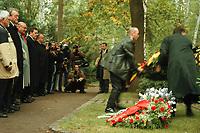 08 OCT 1999, BERLIN/GERMANY:<br /> Walter Momper, SPD (3.v.L.) und Gerhard Schröder, SPD,  Bundeskanzler (4. v.L.), während einer Kranzniederlegung am Grab von Willi Brand, anläßlich des Todestages von Brand, Zehlendorfer Waldfriedhof<br /> IMAGE: 19991008-01/01-11<br /> KEYWORDS: Gerhard Schroeder