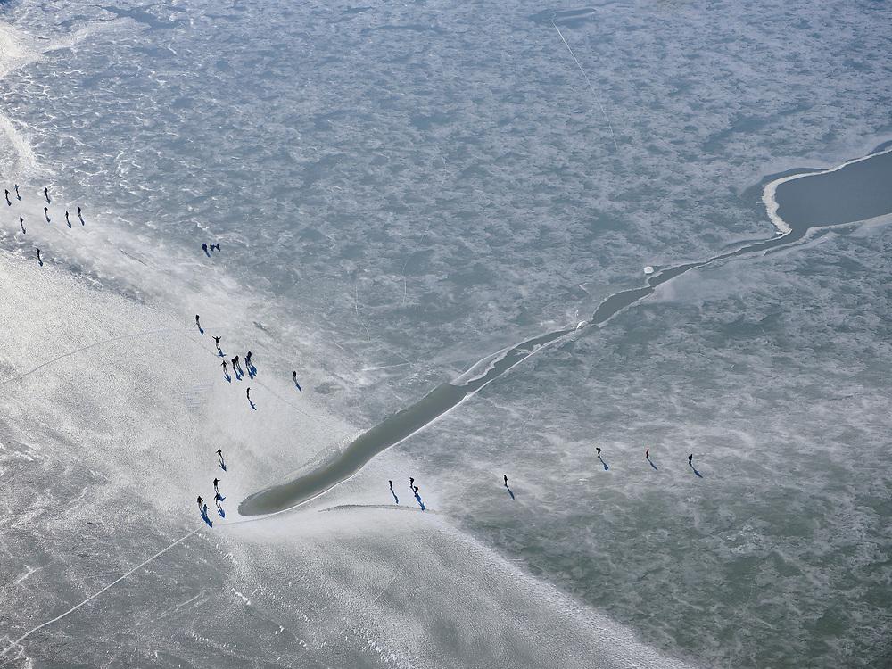 Nederland, Noord-Holland, Gemeente Waterland, 13-02-2021; door de strenge winter en de stevige vorst is zelfs het water van de Gouwzee bevroren. Schaatsers maken tochten tussen Monnickendam en Marken.<br /> Due to the severe winter and heavy frost, even the water of the Gouw sea has been frozen. Ice sailors and skaters make trips between Monnickendam and Marken.<br /> <br /> luchtfoto (toeslag op standaard tarieven);<br /> aerial photo (additional fee required)<br /> copyright © 2021 foto/photo Siebe Swart