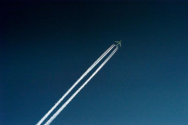 Nederland, Nijmegen, 10-01-2005..Een vliegtuig trekt strepen, condensatie, in de blauwe lucht. Vliegverkeer, veiligheid, milieu, vakantie, vliegvakantie, mobiliteit, luchtvaart..Foto: Flip Franssen/Hollandse Hoogte