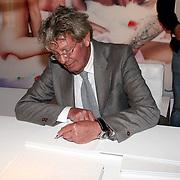NLD/Naarden/20070924 - Boekpresentatie Jan des Bouvrie thuis Leren Kijken / Learning to Look Naarden, Jan des Bouvrie signeert zijn boek